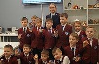 Одинцовские госавтоинспекторы провели дляшкольников мастер-класс поизготовлению брелоков «Дорожный знак»