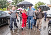 Андрей Иванов иОксана Пушкина вместе сжителями провели инспекцию микрорайона «Восточный» вЗвенигороде