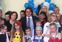 Андрей Малахов принял участие вблаготворительной акции вшколе «Гармония»