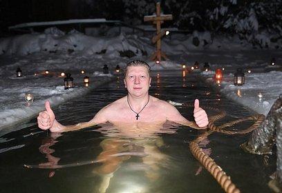 Андрей Иванов принял участие вкрещенском омовении