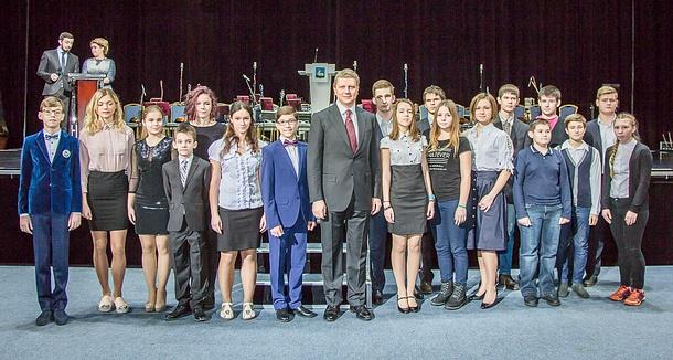 Свыше 140 школьников Одинцовского района получили стипендии главы и губернатора