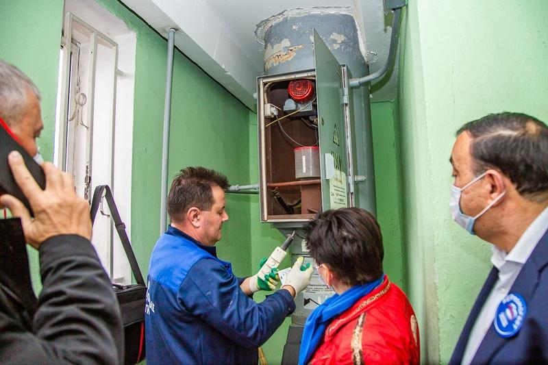 Одинцовские партийцы проверили качество санитарной обработки подъездов наулице Говорова